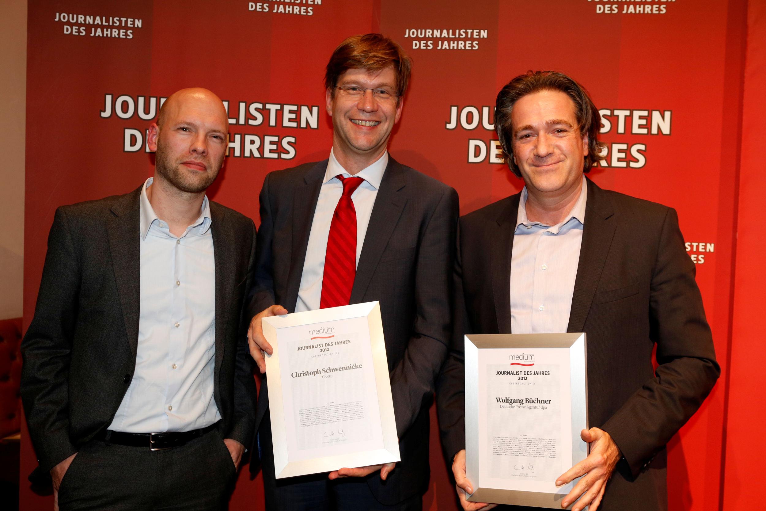 Wolfgang Büchner (dpa) vrnl., Chefredakteur des Jahres 2012 mit Christoph Schwennicke von Cicero (2. Platz) und Laudator Christian Meier (meedia.de)