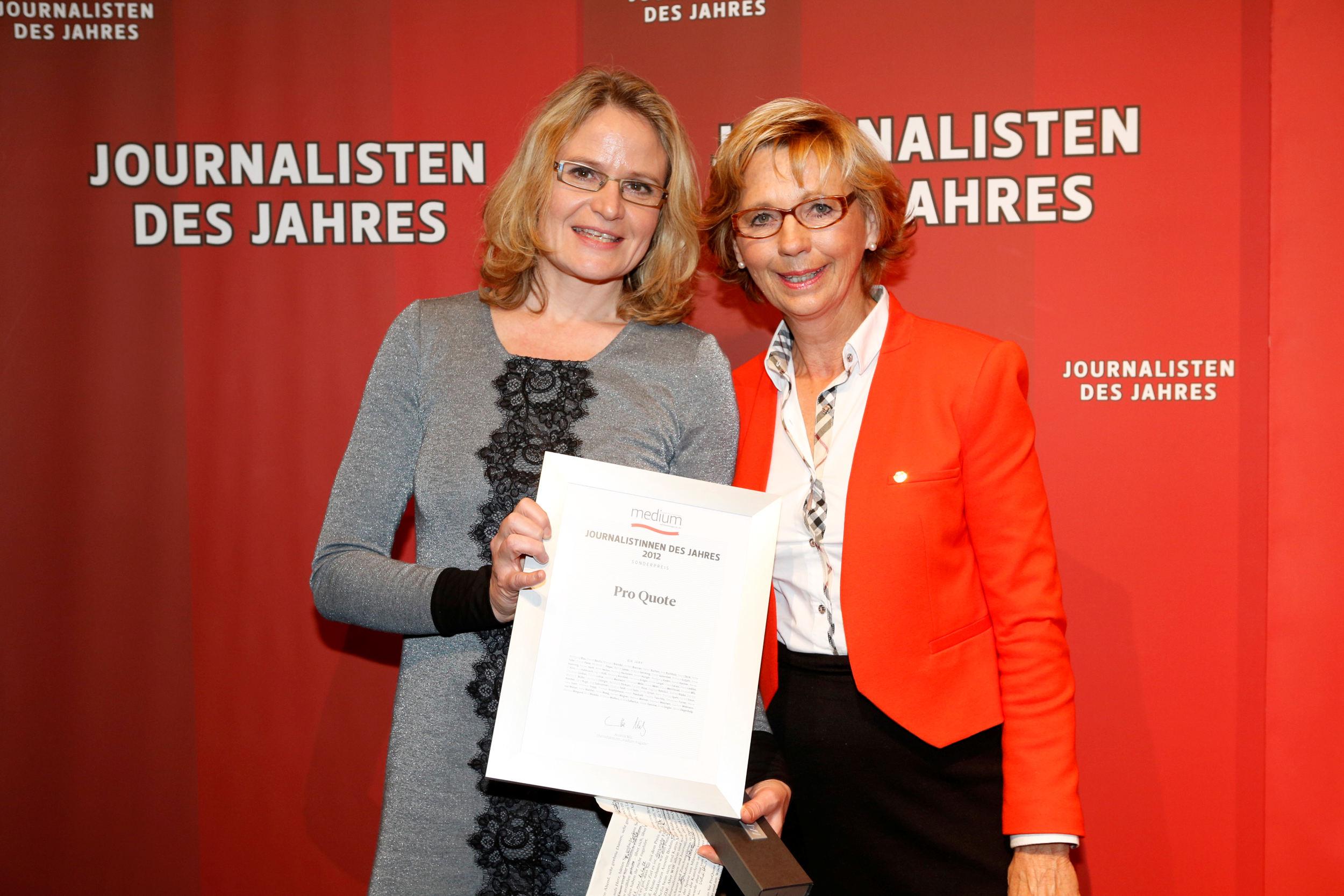 Maria von Welser ehrt Annette Bruhns stellvertretend für die Journalistinnen-Initiative ProQuote mit dem Sonderpreis 2012