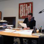 """Trotz digitalem Revolutionsruf: Auf dem Schreibtisch des """"Bild""""-Chefs stapelt sich noch jede Menge Papier"""