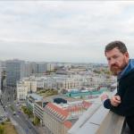 Kai Diekmann auf dem Dach der Axel Springer AG - über sich nur noch den Himmel von Berlin