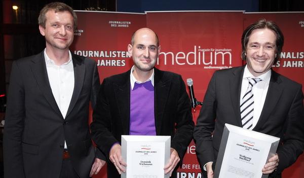 """Laudator Jochen Wegner (ehem. Chefredakteur """"Focus Online"""") ehrt Dominik Wichmann, Chefredakteur des SZ-Magazins (3. Platz) und Wolfgang Büchner, den Chefredakteur der dpa (1. Platz), Foto: W. Borrs"""
