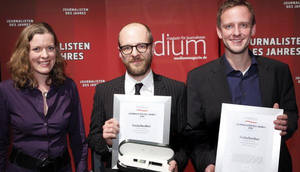 """Laudatorin Julia Stein (""""Zapp""""), Kai Schächtele und Benno Stieber für """"Die Freischreiber"""" Foto: W. Borrs"""