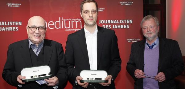 """Chrsitoph Lüttgert und Dieter Schiffermüller von """"Panorama, die Reporter"""" (1. Platz - Redaktion des Jahres) mit ihrem Laudator Michael Jürgs (Publizist), Foto: W. Borrs"""