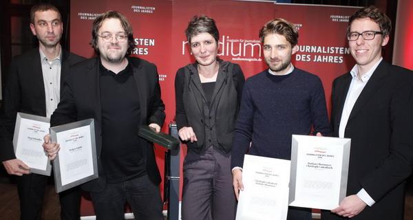 "Joerg Schindler (FR, 2. Platz), Holger Gertz (SZ, 1. Platz), Laudatorin Ines Pohl (Chefredakteurin taz), Christoph Cadenbach , Bastian Obermayer (""SZ-Magazin"", 3. Platz), Foto: W. Borrs"