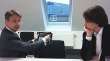 """Gabor Steingart (l.) führt Wolfgang Blau im mediummagazin-Gespräch die geplanten """"Handelsblatt""""-Apps vor. Foto: ami"""