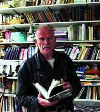 Günter Wallraff, ohne Verkleidung, in seiner Bibliothek in Köln. Foto: R.Scheidemann