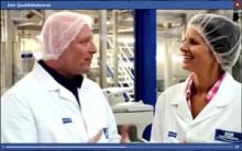 Katrin Müller-Hohenstein im Dienst des Qualitätsbeirats beim Molkerei-Besuch - ein Ausschnitt aus dem web-video von Weihenstephan