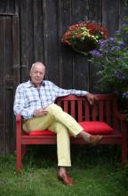 Paul Sahner vor seinem Bauernhaus im Chiemgau. Es war eines seiner Lieblingsmotive aus der Fotoserie von Robert Haas.