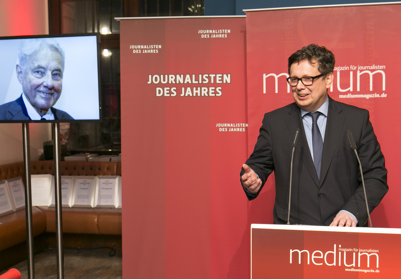 "DEU, Berlin, 03.02.2014, medium magazin, Feier und Preisverleihung an die ""Journalisten des Jahres 2013"", Cafe im Zeughaus im Deutschen Historischen Museum, Frank Schirrmacher (FAZ) (Laudator) fuer Prof. Joachim Kaiser (SZ, Lebenswerk)  [ (c) Wolfgang Borrs, Wiener Str. 11, D-10999 B e r l i n, Mobile +49.171.5332491, www.borrs.de, mail@borrs.de; ]"