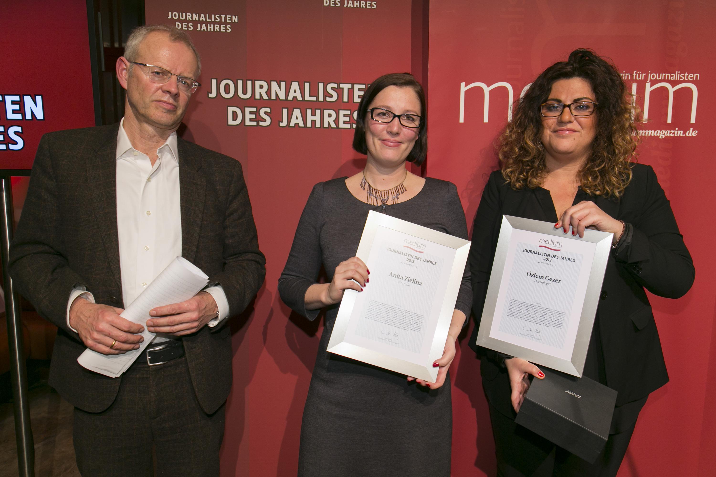 """DEU, Berlin, 03.02.2014, medium magazin, Feier und Preisverleihung an die """"Journalisten des Jahres 2013"""", Cafe im Zeughaus im Deutschen Historischen Museum, v.l.: A. Wolfers (Laudator), Anita Zielina (stern.de, Newcomer 3.), Oezlem Gezer (Der Spiegel, Newcomer 1.),   [ (c) Wolfgang Borrs, Wiener Str. 11, D-10999 B e r l i n, Mobile +49.171.5332491, www.borrs.de, mail@borrs.de; ]"""