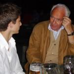 Wolf Schneider mit einem seiner Enkel in einem Münchner Biergarten